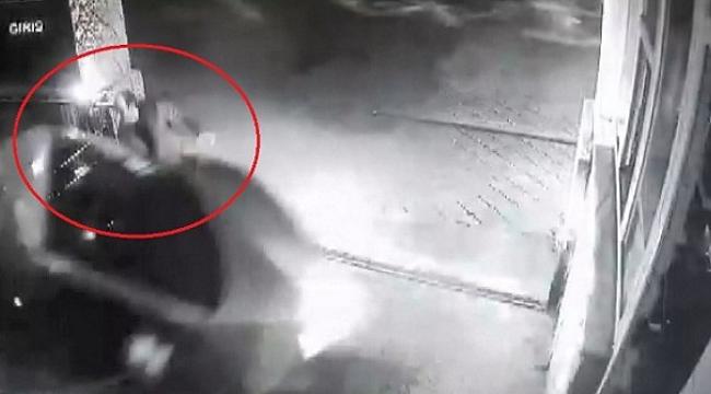 Demir kapı ile araç arasında kalmaktan son anda kurtuldu