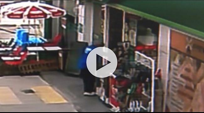 Çamurlu ayakkabılarını çıkarıp çoraplarıyla markete girdi