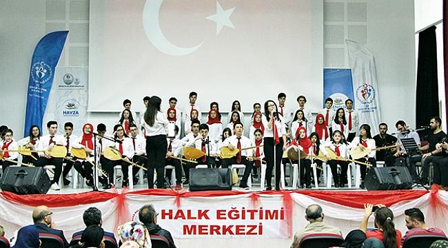 Gençlik korosundan halk müziği konseri