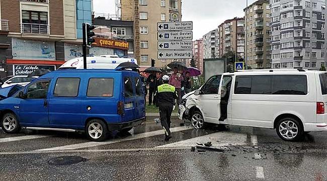 Dolmuş ile panelvan  minibüs çarpıştı: 6 yaralı