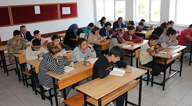 Protokol üyeleri öğrenci  ve velilerle kitap okudu