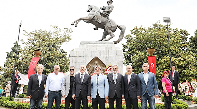 Atatürk Anıtı'na 100. Yıl çelenki
