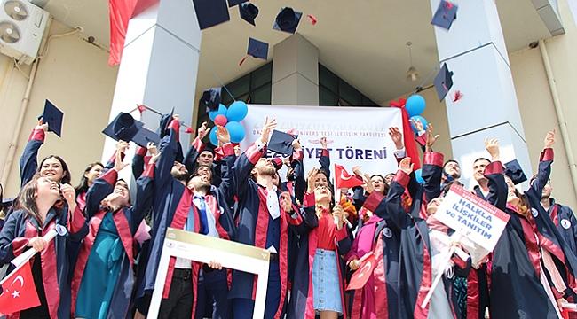 Genç iletişimcilerin mezuniyet sevinci
