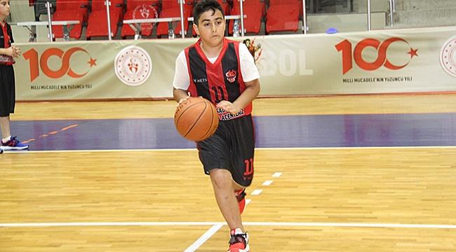150 çocuk basketbol öğreniyor