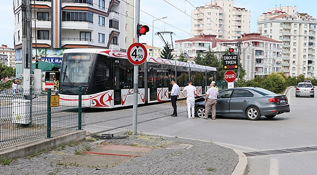 Tramvay otomobile çarptı