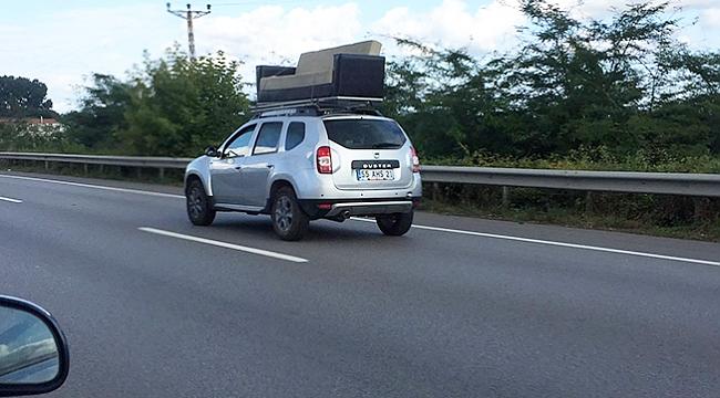 Aracının üzerinde koltuk taşıdı!
