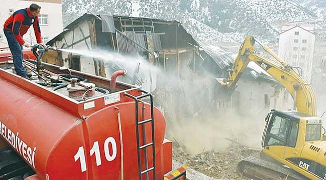 Gümüşhane'de 17 metruk bina yıkıldı