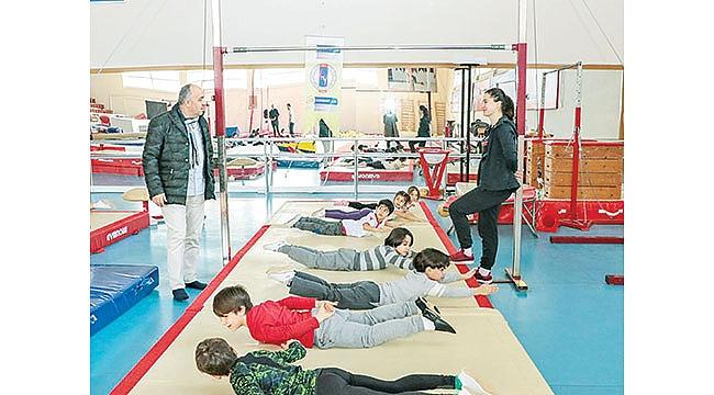 Kasapoğlu'ndan minikcimnastikçilere ziyaret