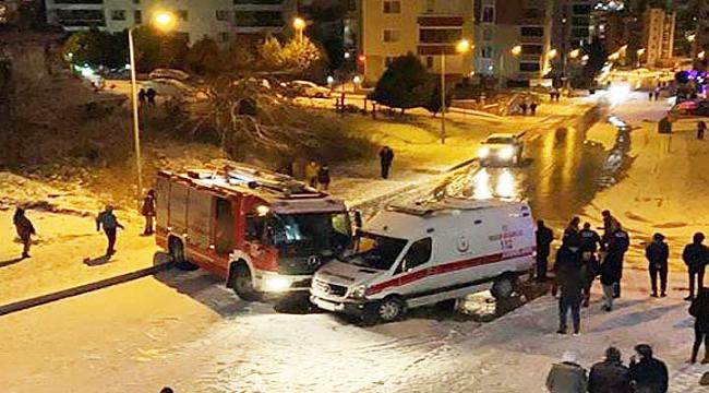Samsun'da buzda kayan ambulans itfaiye aracına çarptı