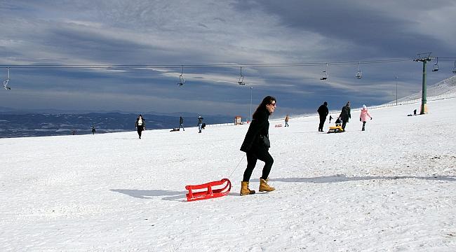 Akdağ'da güneşli havada kayak keyfi
