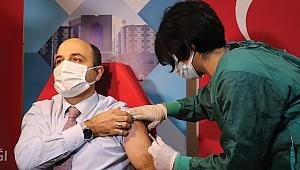 Sağlık çalışanları aşılanıyor