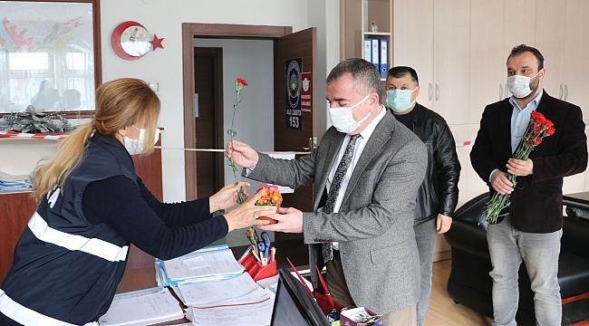 Özdemir'den çalışan kadınlara karanfil