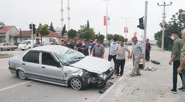 Vezirköprü'de iki otomobil çarpıştı