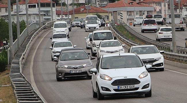 Tatil dönüşü trafik yoğunluğu yaşanıyor