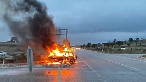 Refüje çarpan otomobil yandı