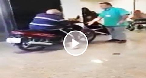 Motosikletiyle hastaneye girdi: Mizah konusu oldu