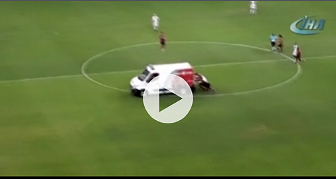 Ambulans sahada bozulunca iş futbolculara düştü