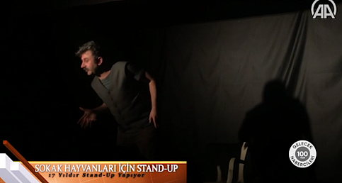 Tiyatro oyuncusu, gösterilerinin gelirini sokak hayvanları için bağışlıyor