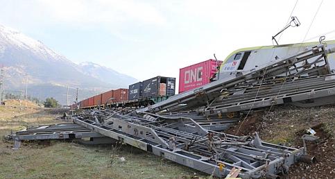 Adana'da aynı istikametteki iki yük treni çarpıştı: 2 makinist yaralı
