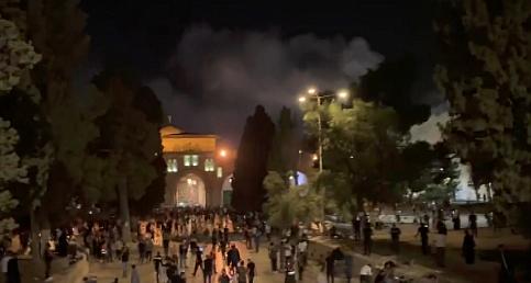 İsrail polisi yeniden Mescid-i Aksa'daki cemaate saldırdı