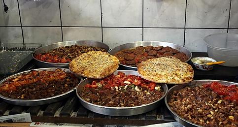 Kahramanmaraş'ın tescilli 'Eli böğründe' yemeği iftar sofralarını süslüyor