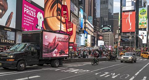 """15 Temmuz """"Demokrasi Zaferi"""" New York sokaklarında LED ekranlı araçlarla anlatıldı"""