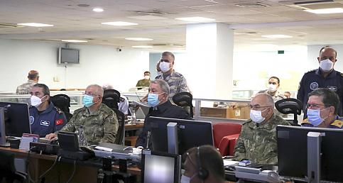 Milli Savunma Bakanı Akar, Asos bölgesine düzenlenen hava harekatını Hava Kuvvetleri Harekat Merkezinden sevk ve idare etti