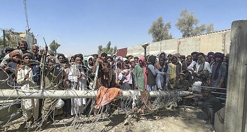 Pakistan'a geçmek isteyen binlerce Afgan, Kandahar vilayetindeki Spin Boldak sınır kapısında uzun kuyruklar oluşturdu